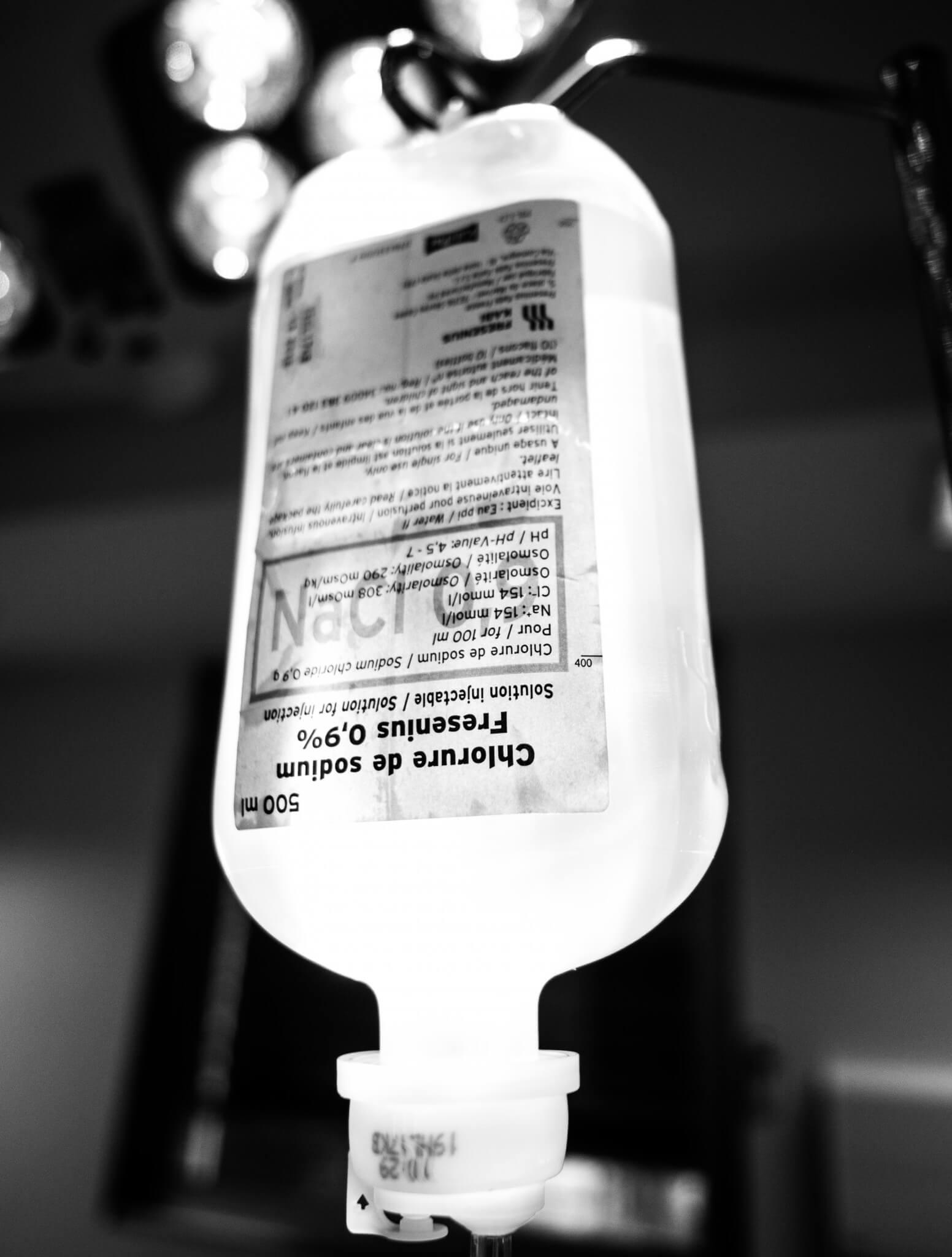 Perfusion chlorure de sodium en salle d'opération